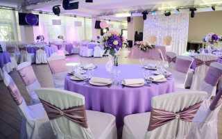 Свадебное украшение зала в бело сиреневом цвете. Украшение стола молодоженов. Свадьба в сиреневом цвете: аксессуары
