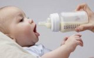 Как правильно кормить грудничка из бутылки. Техника кормления из бутылочки. Выбор смеси для кормления