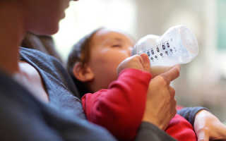 Как правильно кормить из бутылочки новорождённого. Как правильно кормить новорожденного из бутылочки смесью